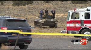 Carro blindando americano de la ww2 sale ardiendo y mata a sus dos ocupantes. En la foto las autoridades y el forense revisan el carro tras el fatidico accidente.